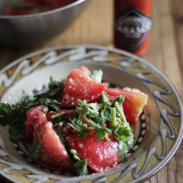 トマトのフレッシュな甘味に、TABASCO®ソースの辛味がお互いの旨味を引き出し合って、思わず「もう一口」と手が伸びる。  @yo_shi_tsu_さんのマイ #タバスコ  ハッシュタグ「#タバスコ」であなただけのTABASCO®ソースの楽しみ方をシェアしてみてください。もしかしたらTABASCO® Brandの日本公式アカウントに掲載されるかも? . . . . . #おうちごはん #トマト #サラダ #野菜料理 #朝ごはん #ブランチ #おうちカフェ