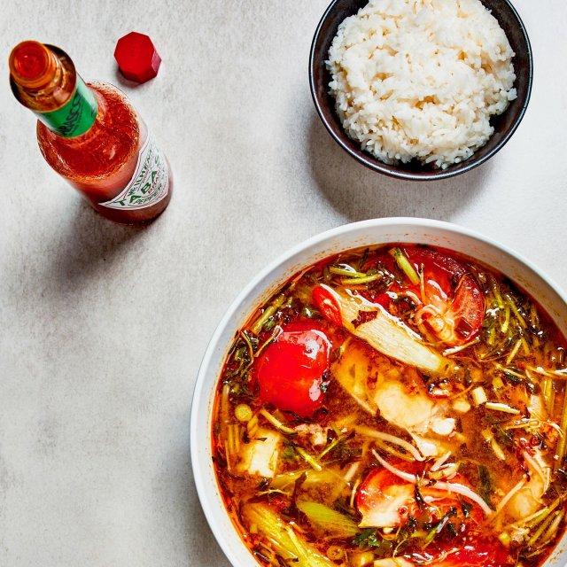 冷えを感じる日は、ポカポカのピリ辛スープが絶品!独特の酸味にTABASCO®ソースのピリッとした後引く辛さがやみつきに。本格エスニック料理を自宅で楽しもう。#タバスコ #世界をちょっピリおいしく  材料: ・TABASCO®ソース ¼カップ ・魚ステーキ 4枚 ・チキンコンソメ(粉末) ・タマリンドスープの素 ⅓カップ(なければフルーツ酢、梅肉チューブ、レモン汁など、酸味を付けれるもので代用)  ・水 8カップ ・植物油 ⅓カップ ・砂糖 ¼カップ ・魚醤 ¼カップ ・ニンニク(みじん切り)5片 ・赤唐辛子(みじん切り)1本 ・オクラ 8個 ・中サイズのトマト(4カット) 2個 ・セロリ(斜め切り)2茎 ・パイナップル(さいの目切り)1カップ ・もやし 1握り ・ネギ(みじん切り)4個 ・レモン汁 レモン1個分 ・塩コショウ  作り方: ・魚ステーキの両面に塩、コショウ、チキンコンソメをふり掛けて味付けする。 ・中火で加熱し、植物油でニンニクを加える。黄金色になるまで炒めたら、小さなボウルに取り分けておく。 ・タマリンドスープの素(なければフルーツ酢、梅肉チューブ、レモン汁などで代用) 、砂糖、レモン汁、TABASCO®ソース、魚醤と共に8カップの水を鍋に注ぎ入れる。 沸騰させ、魚ステーキが柔らかくなるまで、約6〜8分間調理する。魚ステーキを取り除き、お皿に取っておく。 ・トマト、パイナップル、オクラ、セロリを加える。中程度の柔らかさになるまで焼き、さらにネギ、コリアンダー、唐辛子、もやしを加える。 ・2分間調理したら魚ステーキを出汁に戻し、さらに2分間調理する。必要に応じてスープと魚醤とタマリンドスープの素で味付けする。 ・スープをボウルに入れ、炒めたニンニクを振りかけたら完成。ご飯と一緒に召し上がれ。 . . . . . . #カインチュア #ベトナム料理 #エスニック料理 #ベトナム #ピリ辛 #オリジナルレシピ #レシピ #おうちごはん