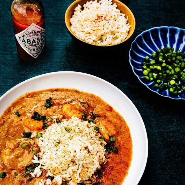 フランス語で「蒸し煮」を表すエトゥフェ。プリップリのエビの旨味をさらに引き出す、TABASCO®ソースのピリッと大人な味わいを楽しんで。#タバスコ #世界をちょっピリおいしく  材料: ・TABASCO®ソース 大さじ1 ・チキンコンソメ(粉末) 小さじ3⁄4 ・タイム(粉末) 小さじ¼ ・オレガノ 小さじ¼ ・チリパウダー 小さじ¼ ・ガーリックパウダー 小さじ¼ ・オニオンパウダー 小さじ¼ ・コショウ 小さじ½ ・エビ(殻の下処理をしておく)900g ・塩 小さじ ½ ・植物油 大じ1 ・バター 大さじ3 ・玉ねぎ(薄切り)1⁄3カップ ・ピーマン(みじん切り) 1⁄3カップ ・セロリ(薄切り)1⁄3カップ ・中力粉(必要に応じて)大さじ2 ・カットトマト 2カップ ・魚介のダシ(必要に応じて) 3⁄4カップ ・ウスターソース 小さじ½ ・白ワイン ½ ・レモン汁 大さじ½ ・葉玉ねぎ薄切り ¼カップ ・塩 ・ご飯 付け合わせに  作り方: ・エビを10分〜15分間ザルに入れて、水気を切る。その間に、小さいボウルにチキンコンソメ、タイム、オレガノ、ガーリックパウダー、オニオンパウダー、チリパウダー、コショウを混ぜ合わせておく。 ・ペーパータオルを敷いたボウルにエビを移し、エビを乾かす。 ・ボウルからペーパータオルを外し、チキンコンソメ小さじ1と混ぜ合わせたスパイスを小さじ1杯を、エビが完全に覆われるまで混ぜる。 フライパンに植物油を入れ、強火で加熱する。 ・エビをかき混ぜずに1分間調理した後、今度はかき混ぜながら1分間調理する。 ・エビを取り出し、大きなボウルに移す。エビのダシを濾して合計2カップ分作る。足りない分は魚介のダシを入れて調整する。 ・フライパンにバターを溶かし、バターが薄茶色になるまで中火で熱する。玉ねぎ、セロリ、ピーマンをバターに入れ、半透明で柔らかくなるまで約5分炒める。残りのスパイスを入れる。 ・中力粉を上記の野菜に振りかけ、完全に混ぜ合わさるまで約3〜4分炒める。また、カットトマトがトマトソース状態になるまで約3分調理する。 ・魚介のダシを野菜に入れ、滑らかになるまで混ぜ合わせる。肉汁の粘り気が出るまで3〜5分煮る。 ・お好みで塩やチリパウダーを振りかけ、エトゥフェソースを完成させたら、エビを中に入れてかき混ぜる。エビが完全に調理され、半透明になるまで 約1分煮る。 ・葉玉ねぎの薄切りとチリパウダーを少しふりかけ、TABASCO®ソースをお好みで加え、付け合わせのご飯を盛り付けて完成。 . . . . . #エビ #エトゥフェ #蒸し煮 #おうちごはん #家庭料理 #レシピ # オリジナルレシピ #フランス料理 #世界料理