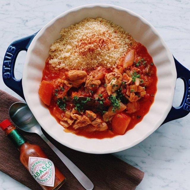 世界中の広い地域で食べられているクスクス。セモリナ粉をそぼろ状にしたシンプルな味には、TABASCO®ソースをたっぷり入れた、ピリ辛トマトソースがパーフェクトマッチ。  @kamiya_who_is_it さんのマイ #タバスコ  ハッシュタグ「#タバスコ」であなただけのTABASCO®ソースの楽しみ方をシェアしてみてください。もしかしたらTABASCO® Brandの日本公式アカウントに掲載されるかも? . . . . . #おうちごはん #クスクス #トマトソース #小麦粉  #ランチ #ディナー  #ブランチ #おうちカフェ
