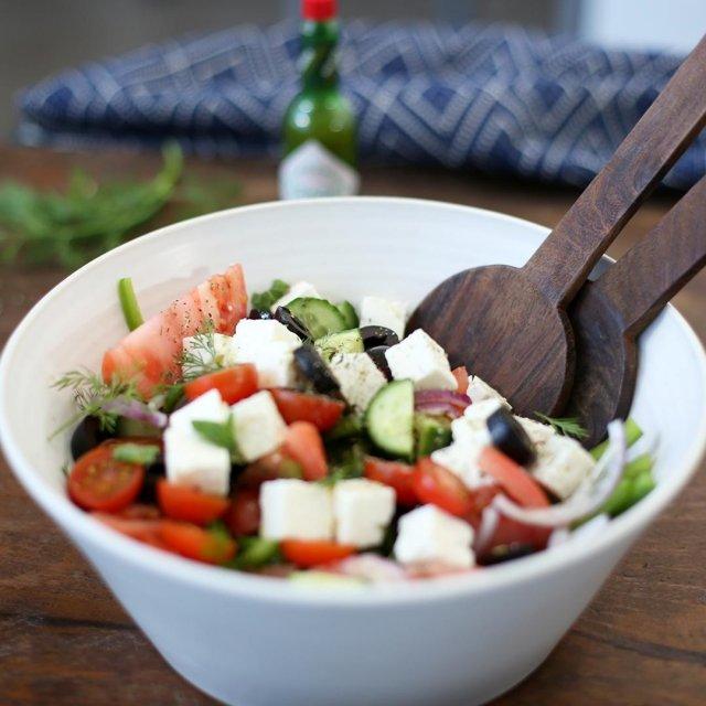 おうち飲みにピッタリなフェタチーズサラダ🥗野菜と相性抜群のTABASCO®ハラペーニョソースを加えれば、ワンランク上の大人な味わいに。#タバスコ #世界をちょっピリおいしく  材料: TABASCO®ハラペーニョソース 大さじ2 トマト2個 (くし切りにしておく) ミニトマト 200g(半分にカットしておく) 赤玉ねぎ 1個(薄切りしておく) きゅうり 1個(皮をむき、半分にし、種を取り除き、ぶつ切りしておく) ピーマン 1個(薄切りしておく) バジル 少々 新鮮なミントの葉 少々 大きめのブラックオリーブ 少々 ワインビネガー 大さじ1 オリーブオイル 大さじ3 フェタチーズ 200g オレガノ 小さじ1 塩少々  作り方: ・玉ねぎ、きゅうり、ピーマンを薄切りにし、大きめのサラダボウルにすべてのトマトと共に入れる。 ・小さいもの以外のバジルとミントの葉を大まかにカットし、小さいものは飾りつけ用に取っておく ・刻んだバジルとミントの葉をサラダボウルに加え、オリーブを絞って野菜に味付けし、ボウルに加える ・塩、酢、TABASCOコ®ハラペーニョソース、オリーブオイルを少し加え、手ですばやくすべてをあえる ・サラダの上にフェタチーズを置き、取っておいたバジルとミントの葉と共にオレガノを振りかける ・オリーブオイルを振りかけて出来上がり! . . . . . #チーズ #チーズ料理 #おつまみ #フェタチーズ  #オリジナルレシピ #おうちごはん