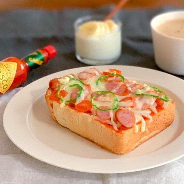ピザトーストにTABASCO®ガーリックソースはいかがでしょうか?漂う香りと風味が効いて、パンチある味わいに。  @gude330 さんのマイ #タバスコ  ハッシュタグ「#タバスコ」であなただけのTABASCO®ソースの楽しみ方をシェアしてみてください。もしかしたらTABASCO® Brandの日本公式アカウントに掲載されるかも? . . . . . #おうちごはん #ピザ #トースト #ピザトースト #パン #朝ごはん #ブランチ #おうちカフェ