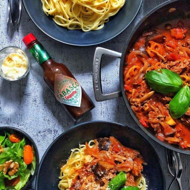 独特のスモーキーな味わいが特徴のTABASCO®︎チポートレイソースは、イタリア料理とも相性ピッタリ。深みある豊かな辛さが、素材の味を際立たせてくれる。  @sanaluke2 さんのマイ #タバスコ  ハッシュタグ「#タバスコ」であなただけのTABASCO®ソースの楽しみ方をシェアしてみてください。もしかしたらTABASCO® Brandの日本公式アカウントに掲載されるかも? . . . . . #世界をちょっピリおいしく #おうちごはん #パスタ #スパゲッティ #イタリア料理 #朝ごはん #ブランチ #おうちカフェ #チポートレイソース