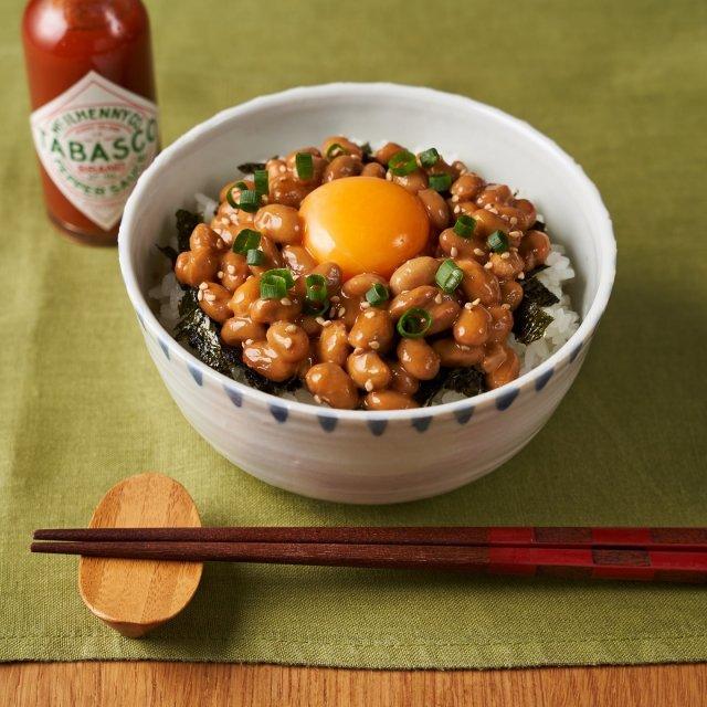 主材料6つで作れるTABASCO®︎ソースを使った納豆ご飯!全体がキリッと引き締まって、いつもの味がグレードアップ。#タバスコ #世界をちょっピリおいしく  材料: ・ごはん 150g ・卵⻩ 1個 ・万能ねぎ 適量 ・もみのり 適量 ・炒りごま 少々  〈納豆〉 ・納豆 1パック(40g) ・付属のタレ 1袋 ・TABASCO®︎ソース 小さじ1  作り方: ①〈納豆〉の材料を混ぜ合わせる。 ②万能ねぎは小口切りにする。 ③お茶碗にごはんを盛り、もみのり、納豆、炒りごまの順にのせる。 ④真ん中に卵⻩をのせて、万能ねぎを散らす。 . . . . . #簡単レシピ #納豆ごはん #納豆 #おうちごはん #納豆ご飯 #納豆レシピ #手料理 #納豆アレンジ #おうちカフェ