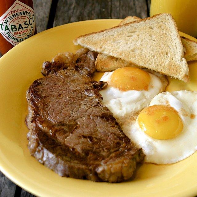 ジューシーなステーキの隠し味に、TABASCO®︎ソースをプラス。そのボリュームにも関わらず、思わずペロリと食べてしまう美味しさ。  材料: ・牛肩ロース肉 250g ・塩 小さじ½ ・コショウ 小さじ¼ ・TABASCO®︎ソース 小さじ2 ・卵(Lサイズ)2個  作り方: ・フライパンを中火から強火にかけて、熱くなるまで加熱します。 ・ステーキを塩で味付けし、TABASCO®︎ソースをたっぷりと塗ってから鍋に入れます。 ・ステーキを中火で片面約2分焼きます。 ・焼きあがったステーキを取り出してお皿にのせます。 ・鍋に卵を入れて、お好みで調理します。 ・お皿に移したら召し上がれ . . . . . #簡単レシピ #ステーキ #おうちごはん #卵 #卵料理  #手料理 #料理アレンジ #おうちカフェ #肉料理