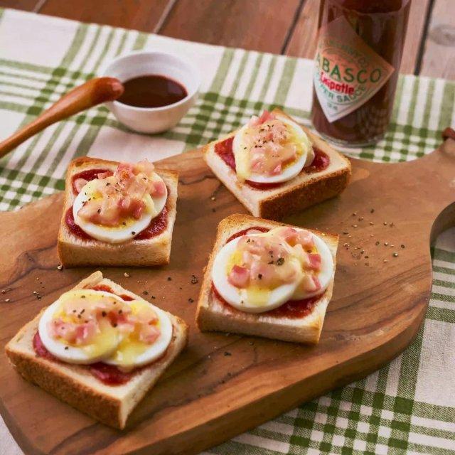 少しの材料で簡単に作れるピザトースト。TABASCO®︎チポートレイソースのスモーキーな香りが食欲をかき立てる。#タバスコ #世界をちょっピリおいしく  ソースの材料: ・ケチャップ 大さじ1  ・TABASCO®︎チポートレイソース 小さじ1/2  ・おろしにんにく  小さじ¼  ゆで卵やチーズなどお好きな具材をのせトースターで焼くだけ!  レシピのフルバージョンは、TABASCO®日本公式サイトでチェック!リンクはプロフィールに。#タバスコ #世界をちょっピリおいしく . . . . . #簡単レシピ #ピザ #おうちごはん #トースト #ピザトースト #トーストアレンジ #手料理 #料理アレンジ #おうちカフェ