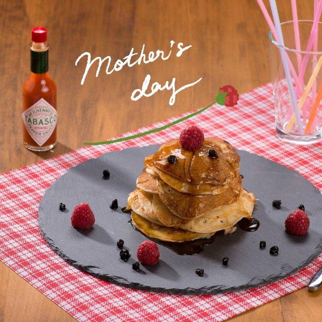 「おかあさん いつもありがとう」  今年の母の日は、手作りで感謝を伝えてみては?TABASCO®ソースと気持ちを添えて🌹 #タバスコ #世界をちょっピリおいしく . . . . . #母の日 #パンケーキ #ホットケーキ #朝ご飯 #プレゼント #ブランチ #おうちごはん #手作りパンケーキ #おうちカフェ
