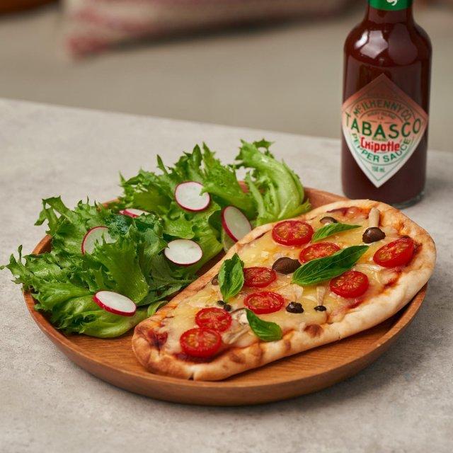 今日は何の日?実は、ナンの日。7つの材料とTABASCO®チポートレイソースで、ナンがなんと、おいしいピザに変身!  スワイプして今すぐレシピをチェック! . . . . . #タバスコ #世界をちょっピリおいしく #ナンの日 #ナン #ナンレシピ #ナンピザ #ピザナン #インド料理 #おうちピザ #ピザアレンジ #おうちごはん #チポートレイソース