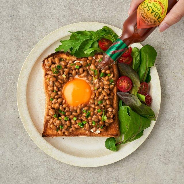 納豆の日といえば、6つの材料で作れちゃう納豆トースト!  カリカリに焼いたトーストに納豆と黄身をのせ、TABASCO®ハバネロソースの独特なピリ辛アクセントを加えたら完成!  レシピは、TABASCO®日本公式サイトでチェック!リンクはプロフィールに。#タバスコ #世界をちょっピリおいしく . . . . . #おうちごはん #納豆 #納豆トースト #納豆レシピ #トーストアレンジ #トースト #卵料理 #朝ごはん #ブランチ #おうちカフェ