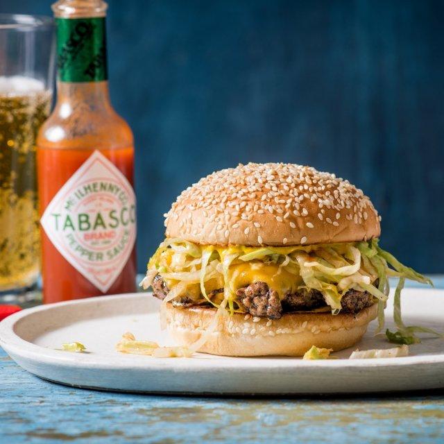 7月20日は、バーガーの日🍔 ジューシーなバーガーにTABASCO®ソースをかけて、ガブっと豪快に! . . . . . #おうちごはん #バーガー #ハンバーガー #簡単料理 #手料理 #お昼ごはん #朝ごはん #チーズ #チーズ料理 #肉料理 #牛肉