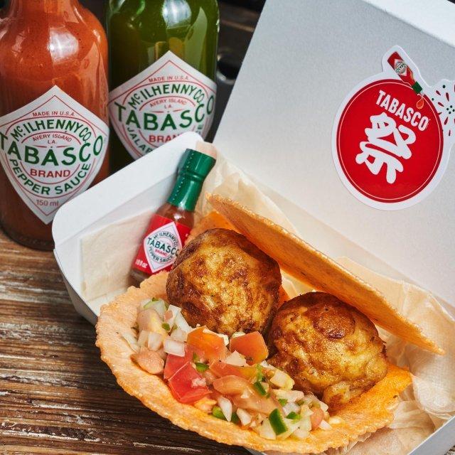 【TABASCO®祭り 店舗紹介】  たこ焼き専門店キーヤコッタ(@keyacotta2021)が、9月30日 (木) までオリジナルメニューのテイクアウトを用意しています。 たこせんべいに熱々のたこ焼きを挟んで、サルサをたっぷりとかけた、スパイシーたこせんべいのオンパレード!  また、先着の10客様にTABASCO®祭りオリジナルトートバッグもプレゼント!是非お見逃しなく。  【対象メニュー】タコサルサ(期間限定メニュー) 【店舗住所】東京都世田谷区下馬1丁目52-14 【営業時間】土日祝 11:00〜20:00 . . . . . #タバスコ祭り #タバスコ #東京グルメ #キーヤコッタ #たこ焼き #屋台 #屋台飯
