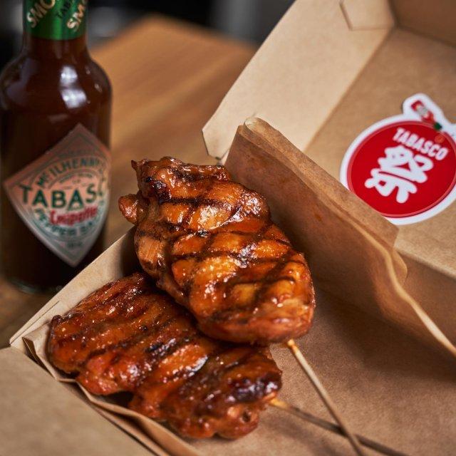 【TABASCO®祭り 店舗紹介】  CRAFT BEER MARKET (@cbm_kichijoji_pennylane)とのコラボレーションに、バラエティ豊かなお祭りメニューが登場!  食欲をそそる、爽やかなTABASCO®ハラペーニョソースを使った塩焼きそばや、料理の香ばしさを引き立たせるTABASCO®チポートレイソースを使った鶏の味噌串焼きなど!クラフトビアマーケットではなんと、ビールに合う5種類のスパイシーなお祭りメニューを準備。これは食事もビールも進むこと間違いなし!ぜひ、お腹を空かせた状態で。  また、先着の10客様にTABASCO®祭りオリジナルトートバッグもプレゼント!是非お見逃しなく。  【対象メニュー】塩レモン焼きそば、ソース焼きそば、鶏の味噌串焼き、チーズステーキサンド、ポークケバブサンド 【 店 舗 住 所 】東京都武蔵野市吉祥寺本町1-11-2 【 営 業 時 間 】月〜金 ランチ 11:30〜14:30(L.O.14:00)/土日祝 11:00〜14:30(L.O.14:00) . . . . . #タバスコ祭り #タバスコ #東京グルメ #グルメ紹介 #craftbeermarket #クラフトビールマーケット #吉祥寺 #吉祥寺グルメ #祭り #お祭り #屋台 #屋台飯