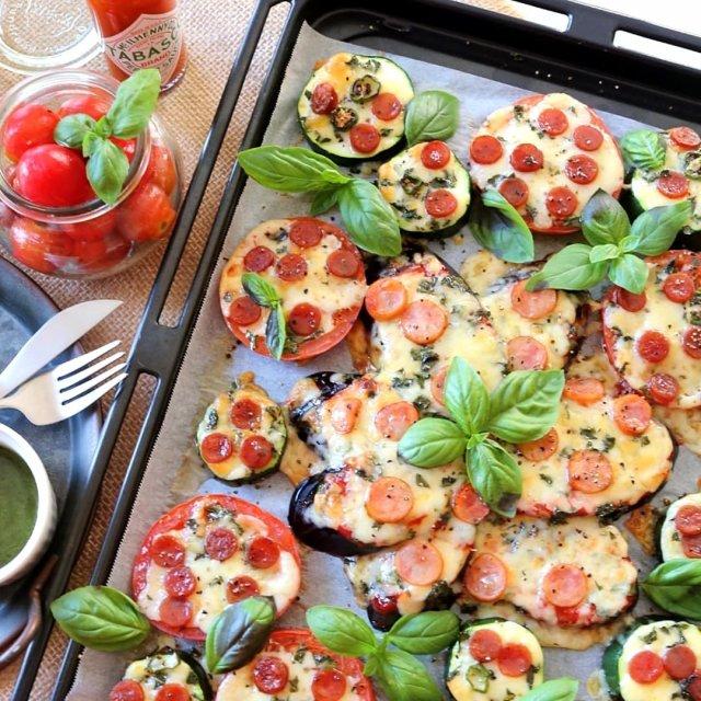 とろとろジューシー、なすを生地にしたピザ。  📸 @noriko0o さん  ハッシュタグ「#タバスコ」であなただけのTABASCO®ソースの楽しみ方をシェアしてみてください。もしかしたらTABASCO® Brandの日本公式アカウントに掲載されるかも? . . . . . #おうちごはん #なす #旬の野菜 #野菜 #おつまみ #簡単ごはん #野菜ピザ  #ナスピザ #ナス料理