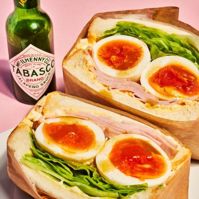 具材たっぷり、萌え断卵サンド。  💥TABASCO®ハラペーニョソース  材料: ・食パン(6枚切り)2枚 ・卵 3個 ・レタス 5〜8枚 ・スライスハム(お好みで)4〜5枚 ・マヨネーズ 大さじ3 ・バター 20g ・塩胡椒 少々 ・TABASCO®ハラペーニョソース 小さじ½  作り方: ・パン2枚にバターを塗る。 ・卵1個にマヨネーズ大さじ2を混ぜる。 ・クッキングシートにのせたパンの上にのせ、残りの卵2個をさらに中央にのせる。 ・その上にレタス、ハム(間にマヨネーズ とTABASCO®ハラペーニョソースを塗る)をのせる。 ・もう一枚のパンをのせ、上からギュッと押す。 ・パン全体をクッキングペーパーまたはサランラップで巻いたら切る。 . . . . . #タバスコ #ハラペーニョソース #萌え断 #萌え断サンド #サンドイッチ #サンドウィッチ #卵サンド #卵料理 #おうちごはん #おやつ #お弁当